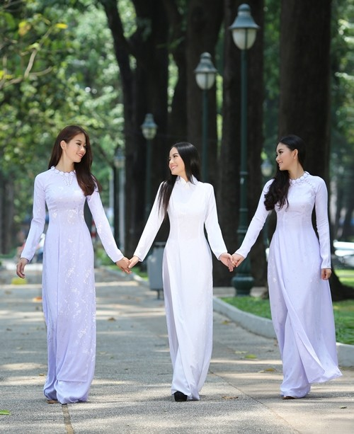Áo dài khiến nữ sinh thướt tha và dịu hàng hơn