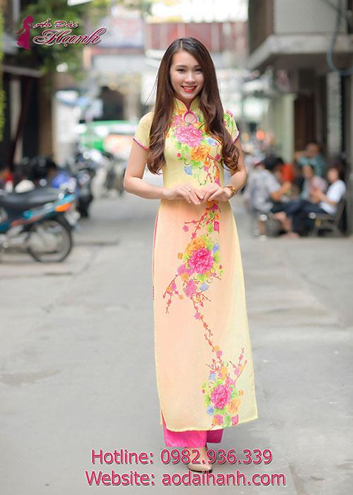 Áo dài vàng voan in hoa cổ truyền thống được ưa thích