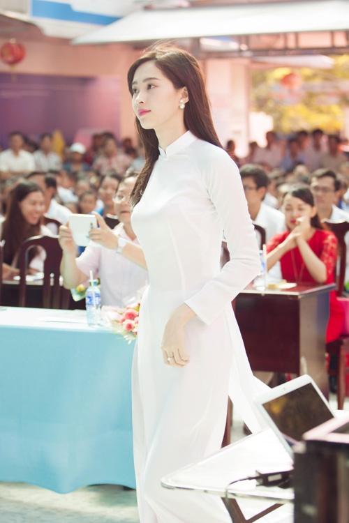 Áo dài trắng khiến bạn nổi bật hơn
